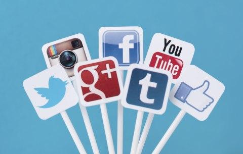 Penggunaan sosial media dapat memunculkan kecemasan seiring meningkatnya waktu yang digunakan oleh pengguna personal. Penting untuk diingat sosial media bisa menjadi dangkal untuk dijadikan ukuran sikap seseorang dan kedekatan kita dengan seseorang, karena cara seseorang menggunakan sosial medianya bisa sangat beragam.